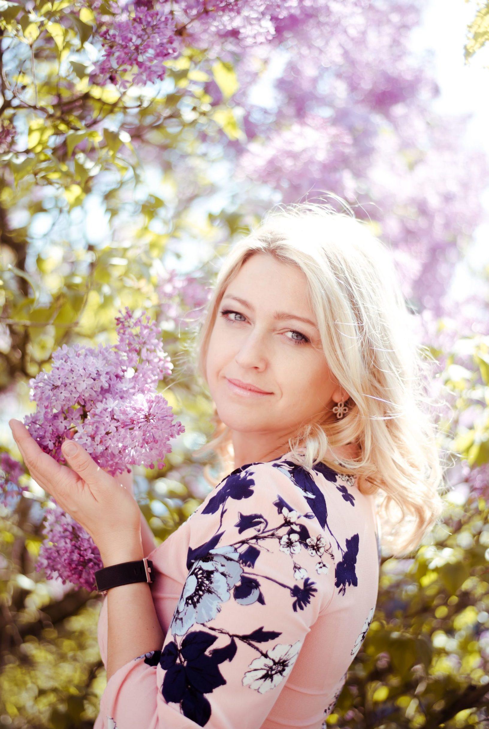 Blonde Frau mit Blumen in der Hand